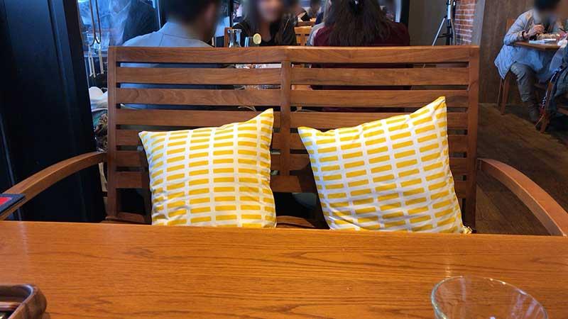 4人掛けのテーブル席