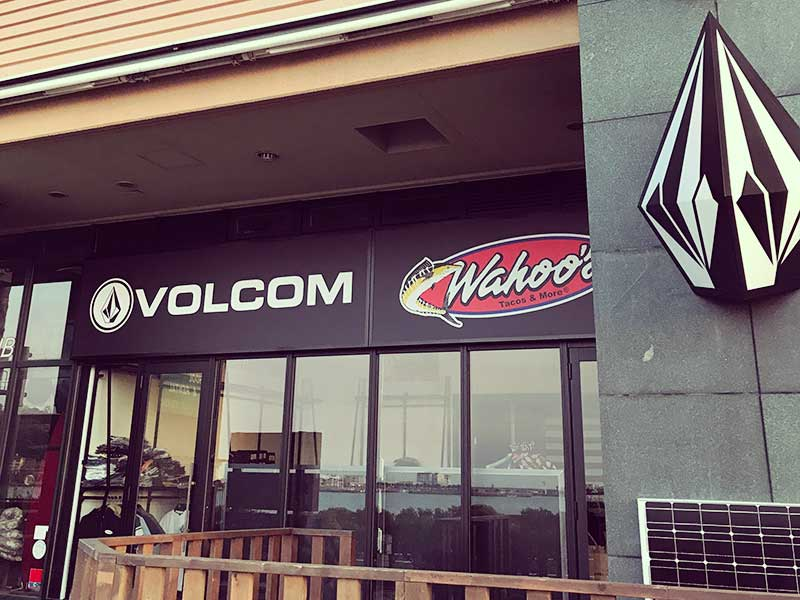 ダイヤのマークが目印の「VOLCOM」とタコス屋「Wahoos」