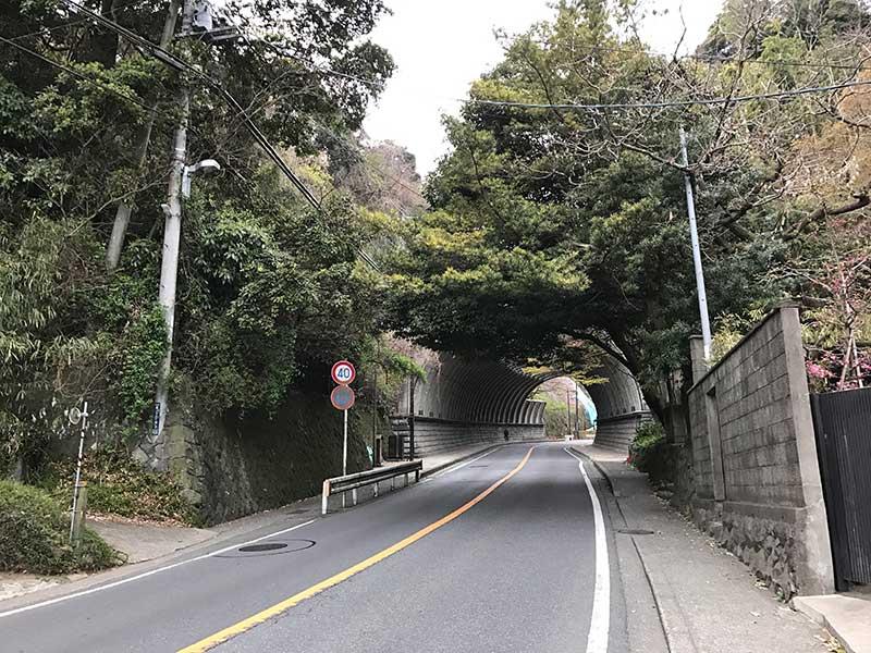 トンネルを抜けて北鎌倉へ