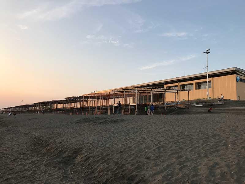 水族館前は工事中の海の家がずらり