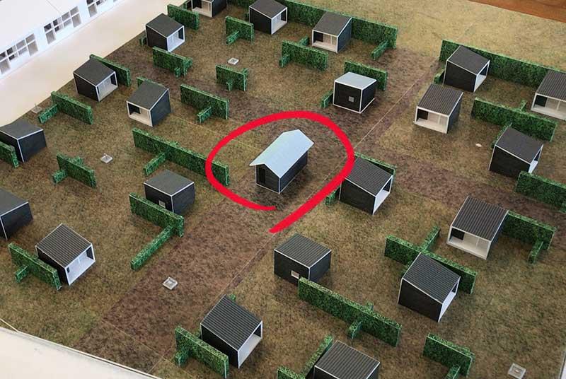中央にあるのが小屋利用者用の共同トイレ・共同シャワー室