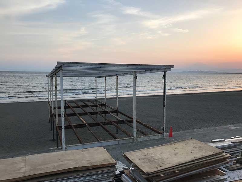 浜辺にたたずむスケルトンの海の家