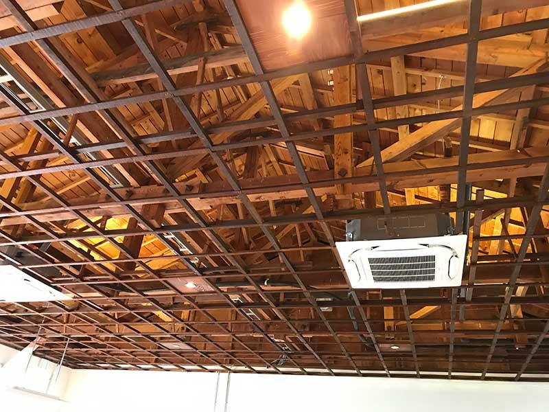 これ本当に元教室?天井が高い!