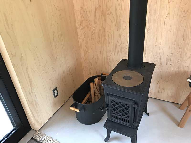 薪ストーブは実際には置けないそうでコレは飾り