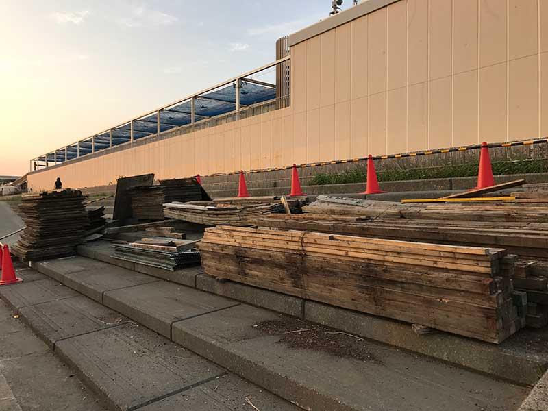 江ノ島水族館前には建設資材がすらり