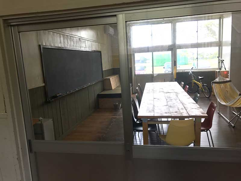 教室を覗きつつ
