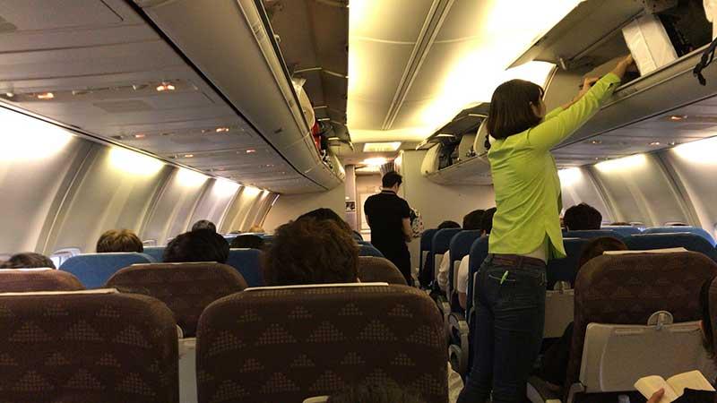 機内はコンパクトなれど狭くはない