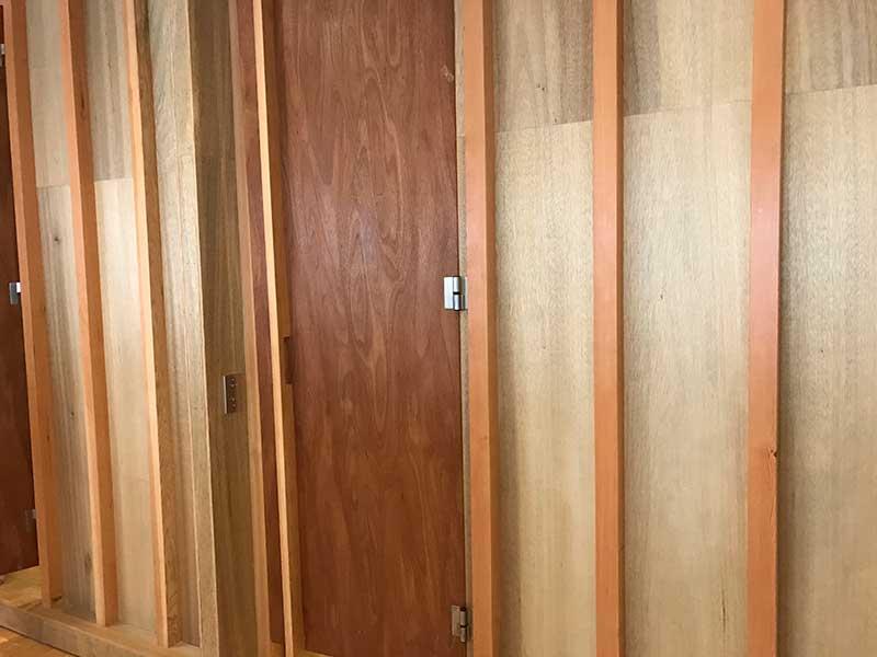 DIY感がある木の扉