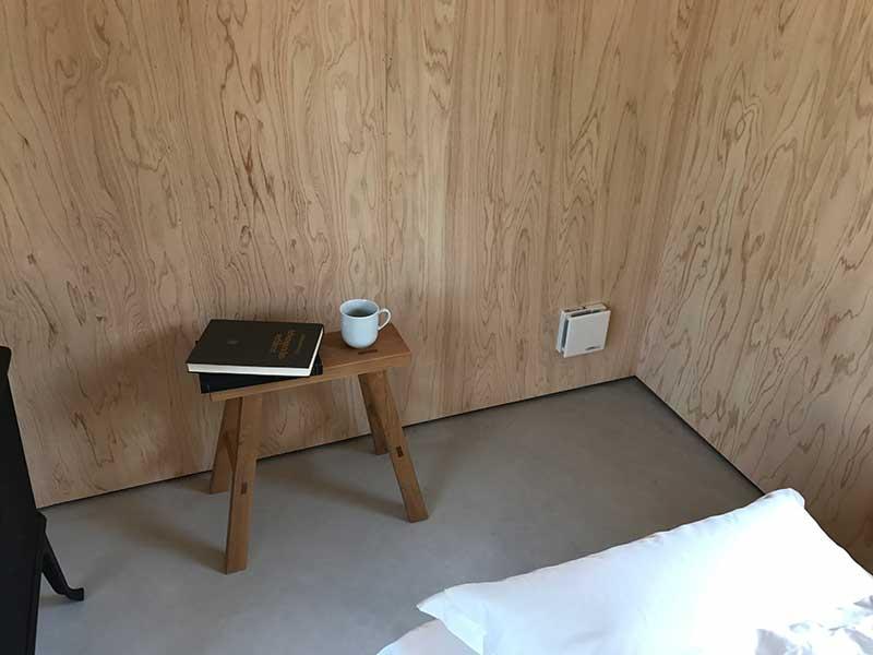 ミニスツールに本とコーヒー。こんなミニマムライフがおすすめの使い方