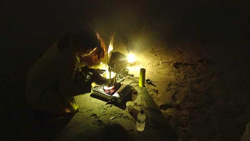 砂浜に置いたガスコンロでコーヒーを沸かしてくれます