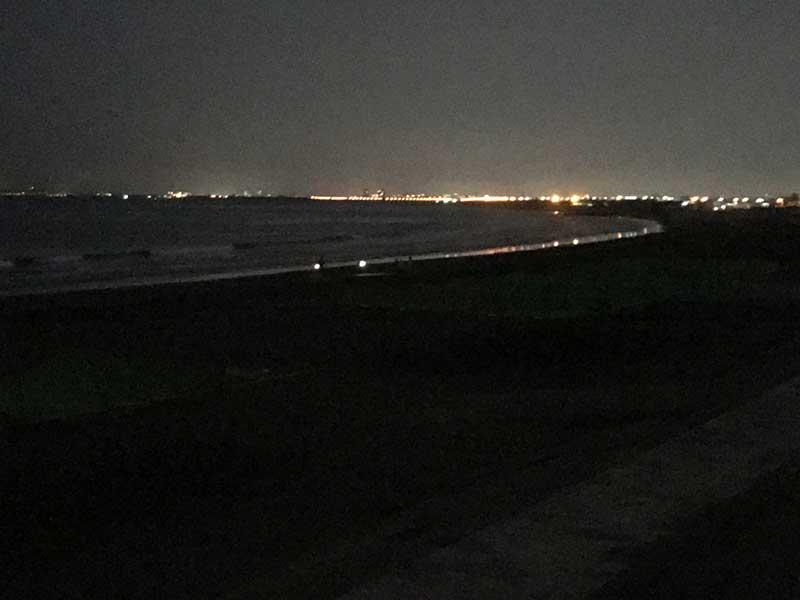 真っ暗な片瀬海岸
