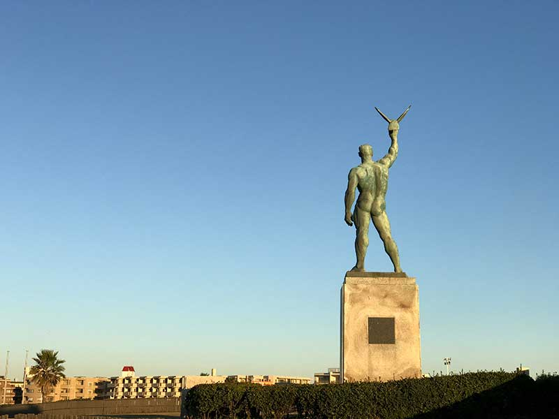 いい尻してる鵠沼海岸の銅像