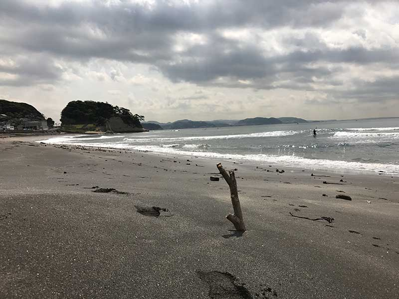 人がほとんどいない稲村ヶ崎の砂浜