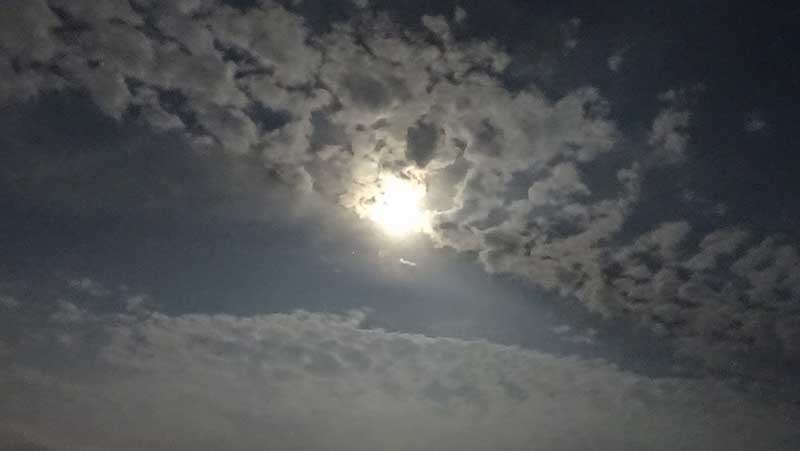 月ってこんなに明るいんですね