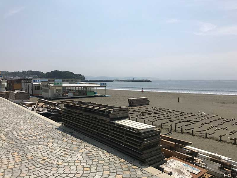 急ピッチで進められる海の家の工事