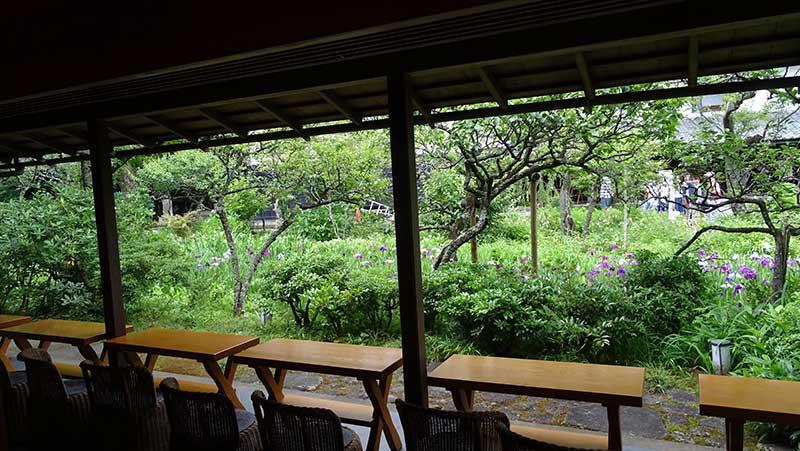 庭に向かって並べられた席