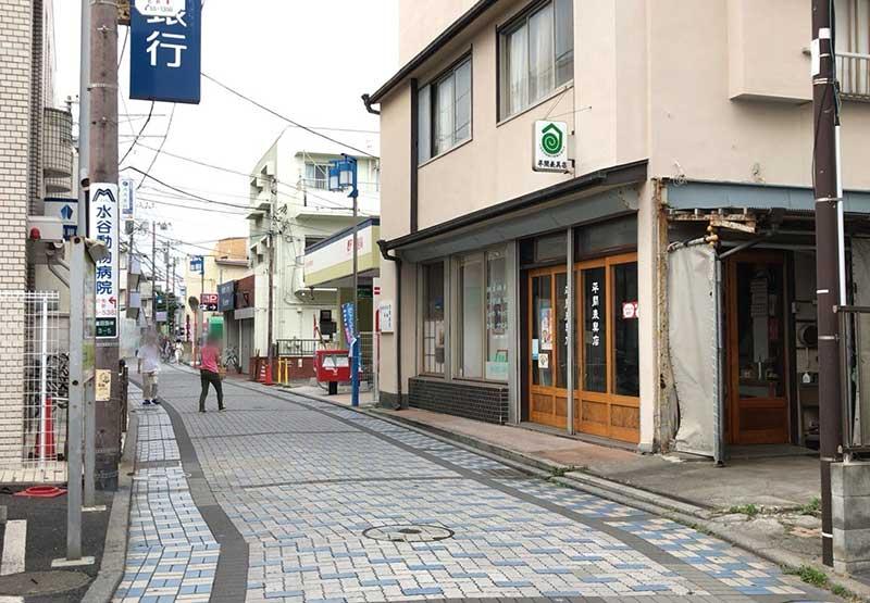 静かな鵠沼海岸の商店街