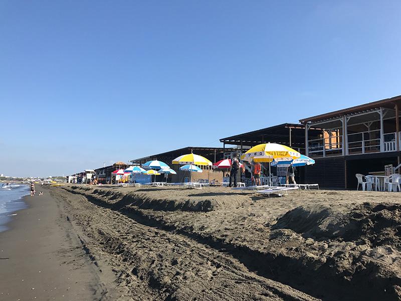 西浜の狭い砂浜にぎっしり建て並ぶ海の家