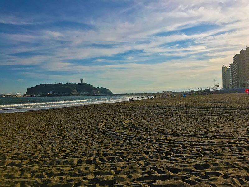 休日なのにのんびり空いている腰越海岸