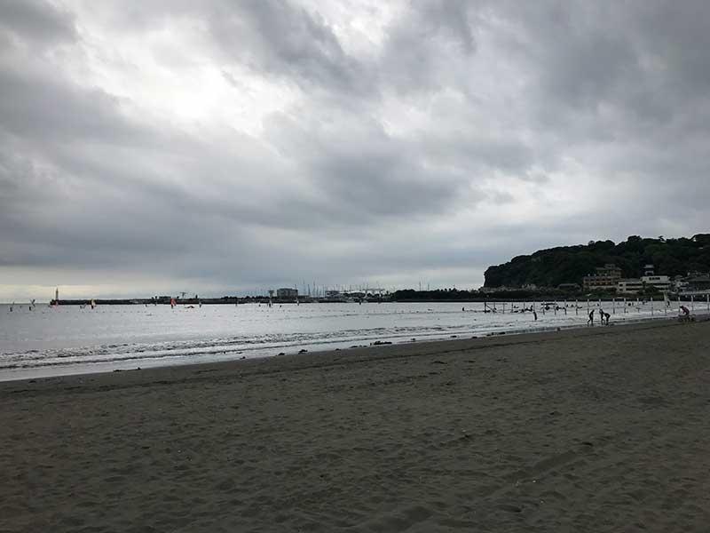 海水浴なんて雰囲気じゃないくもり空の片瀬東浜