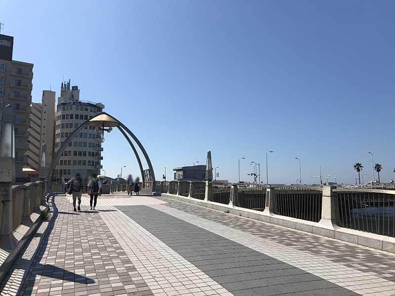 橋を渡って東浜へ