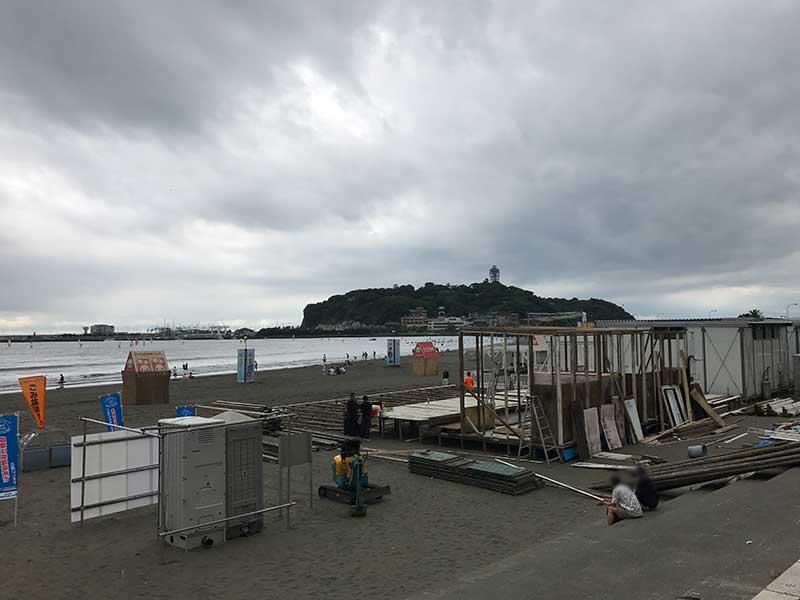 まだだいぶ造りかけの海の家