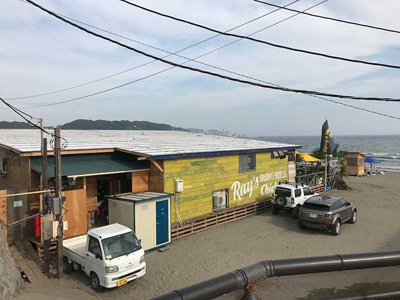 自転車置き場から見えるあの黄色い建物がフリフリチキン専門店RAY'S(レイズ)