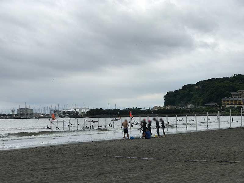 はじっこの方でサーフィンスクールの客がチラホラ