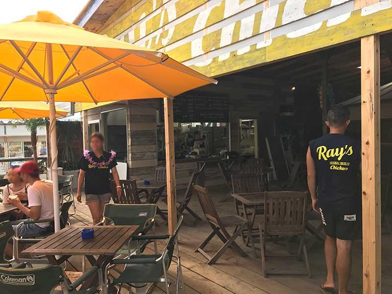 日焼けした店員さんも黄色い「RAY'S」の文字