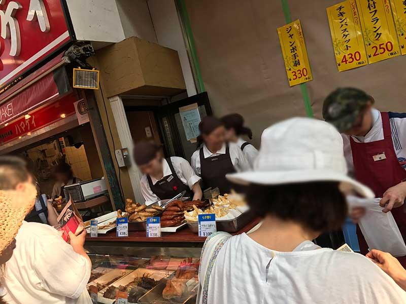 商店街で人気の鶏肉店