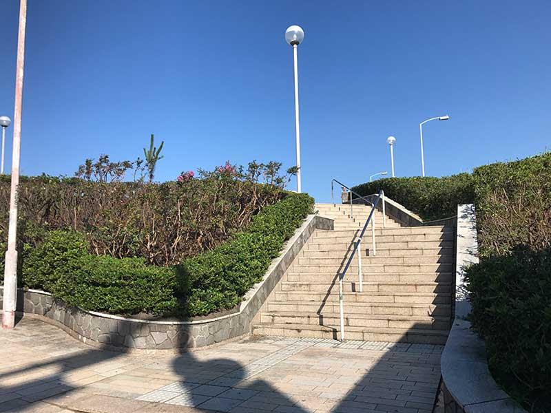 西浜方面の階段を上がって