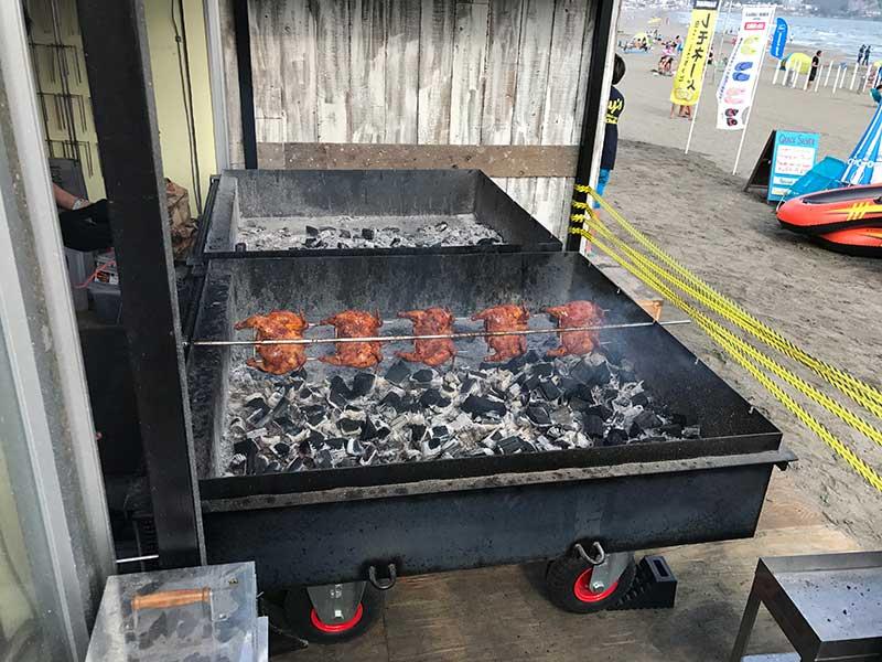 炭火で丸ごと焼かれるチキン