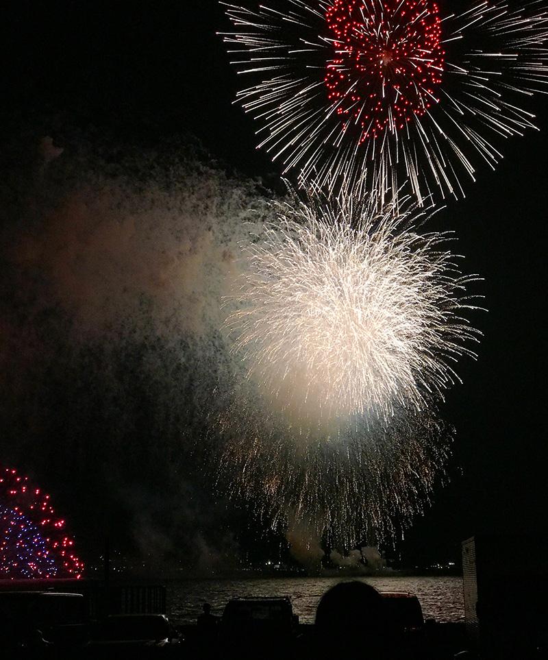 夏の夜空に大きな花火