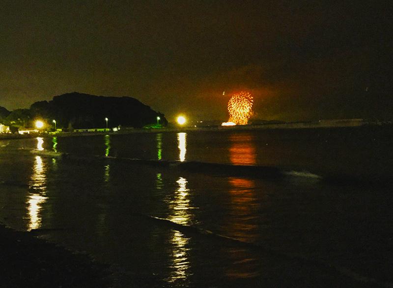 遠い沿岸から眺める花火も風流