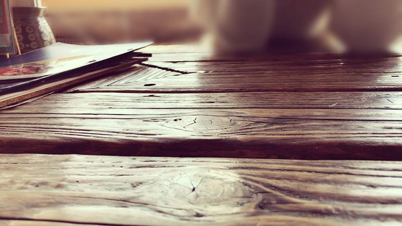 渋い味わいの木のテーブル