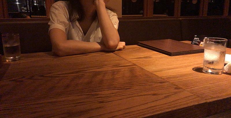広めのテーブル席に案内