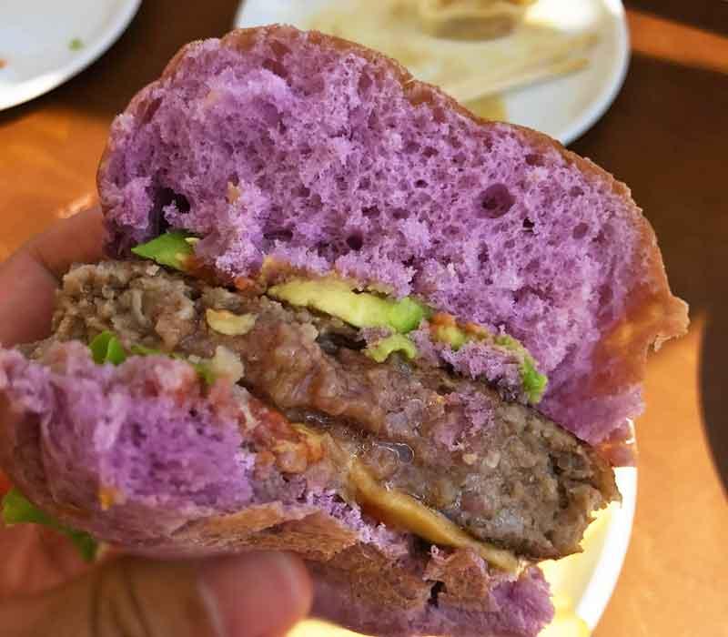 綺麗な紫色のパンの断面
