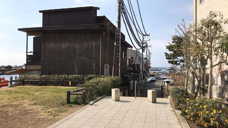 この2階建ての小屋が江ノ島小屋です