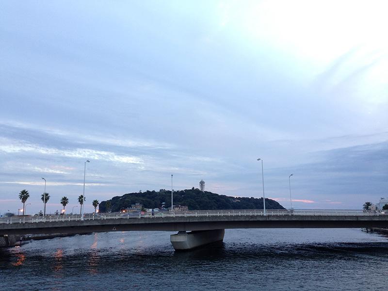 橋の向こう側に見える江ノ島