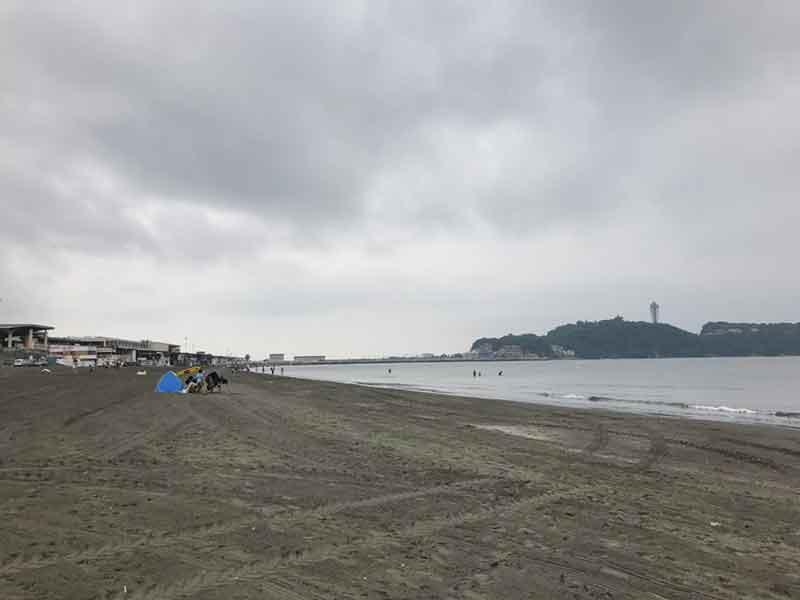 雨天で海水浴どころではない江ノ島海岸
