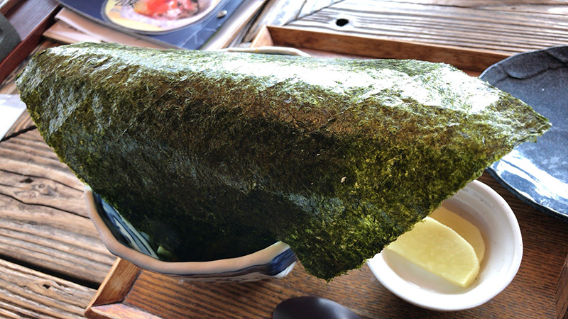 海苔で丼が蓋されています