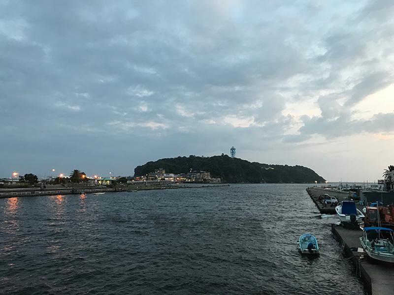 雄大な江ノ島を臨む
