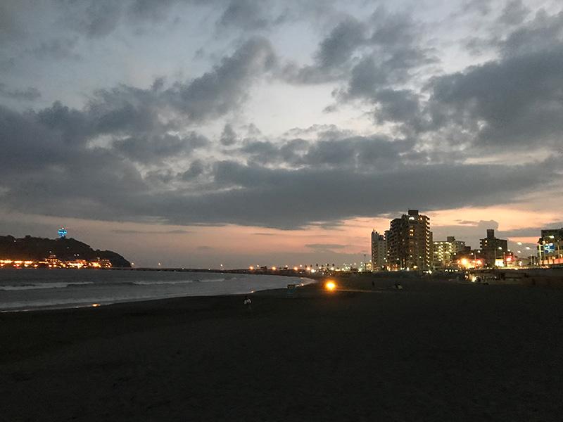夕暮れを迎えた片瀬海岸東浜