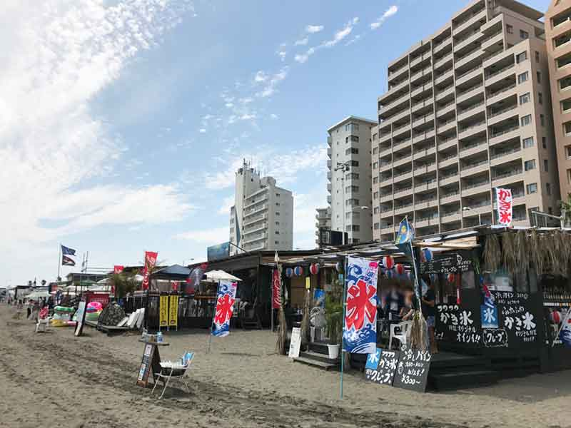 ずらりと並ぶ東浜の海の家