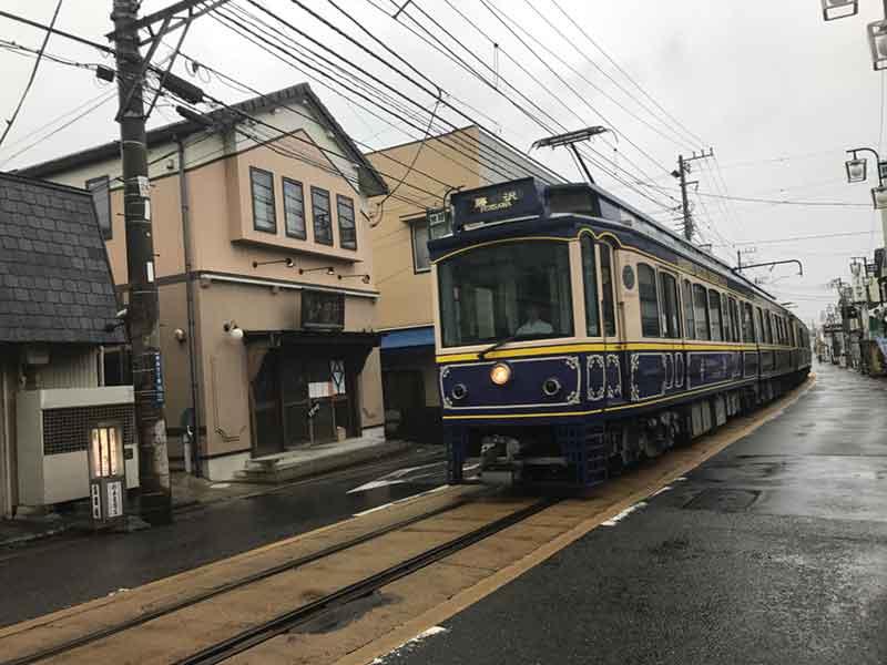 もちろん雨でも江ノ電は走っています
