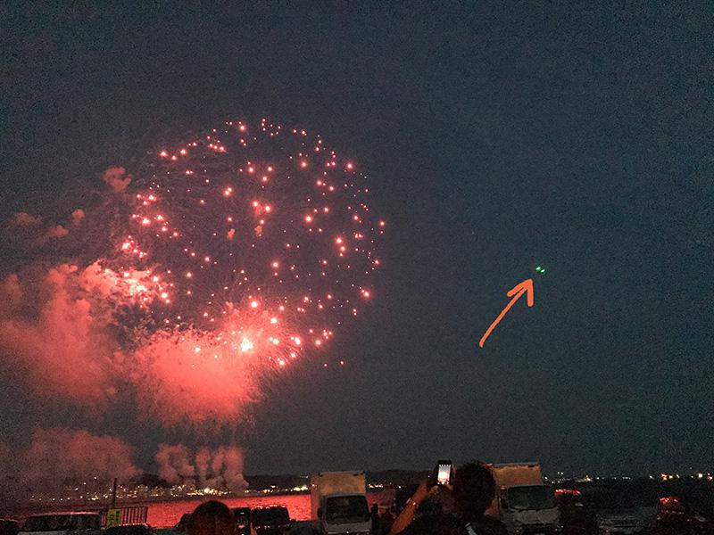 花火にフラフラ近づくドローンの光