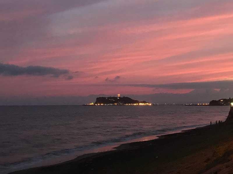 日が暮れるに連れて江ノ島の夜景がキラキラと
