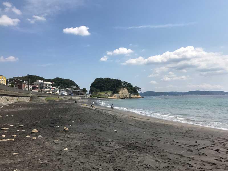 海岸線は稲村ガ崎まで途切れずに続いています