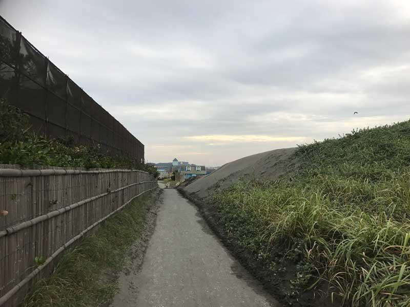 途中こんな狭い道も
