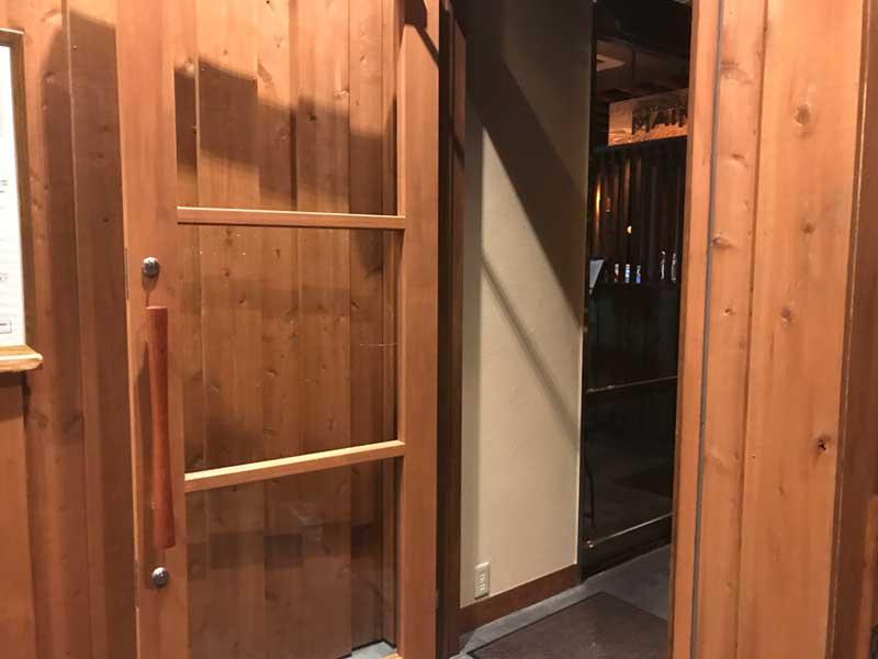 温泉の入口はレストランの入口と共用